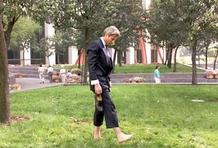 Richard Here walking barefoot in the grass in Pretty Woman (1990)